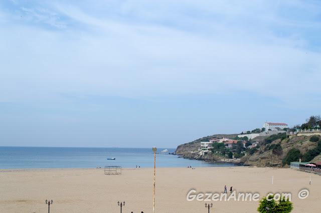 denizin dalgasız olduğu bir günde Riva sahili ve plajı
