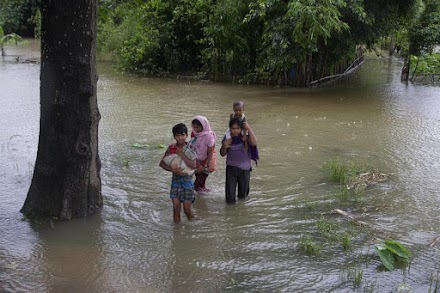 Ινδία: Ένα εκατομμύριο εκτοπισμένοι από πλημμύρες