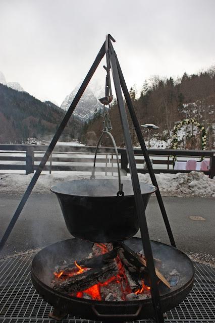 Glühwein aus dem Kessel am offenen Feuer, Eisblau und Leuchtrot, Winterhochzeit in den Bergen von Bayern, Riessersee Hochzeitshotel Garmisch-Partenkirchen, Winter wedding in Bavaria, Germany