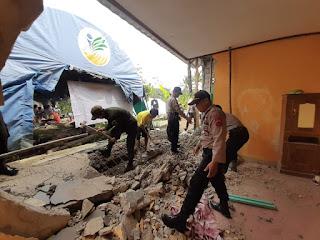 Sat Sabhara Polres Sukabumi Bersama Brimob Polda Jabar Laksanakan Bantuan Terdampak Bencana