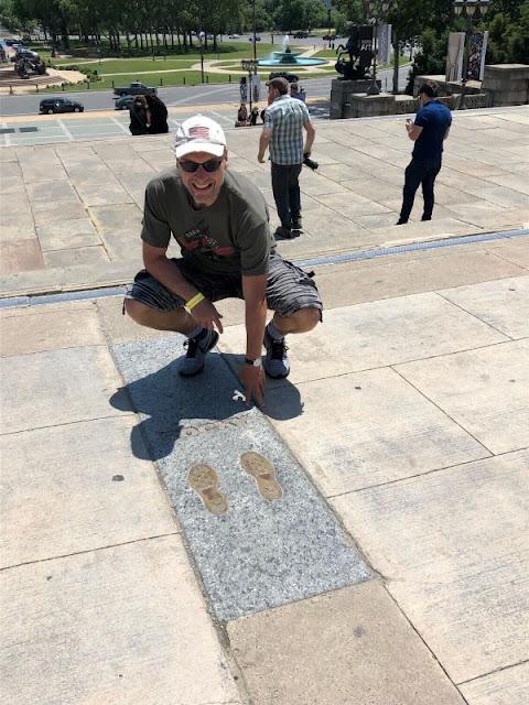 In Gips eingelassene Fußabdrücke von Sylvester Stallone als Rocky in Philadelphia mit mir dahinter