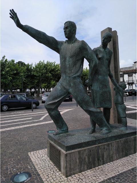 Estatua al Emigrante en Ponta Delgada