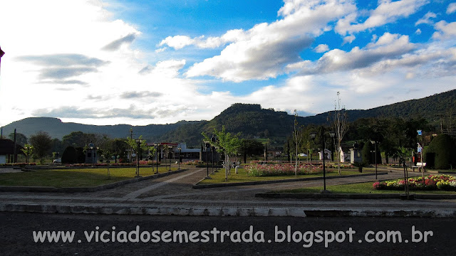 Entardecer na praça de Forquetinha, RS