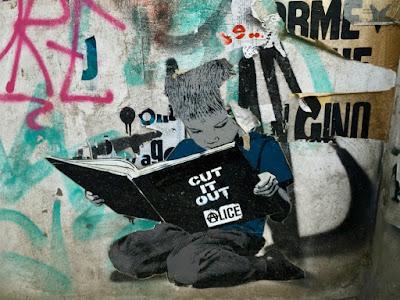 Kleiner Leser als Schablone (Berliner Hauswand)