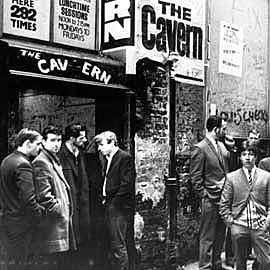 Fotografía en blanco y negro de 1963 de la sala The Cavern Club, la cueva...
