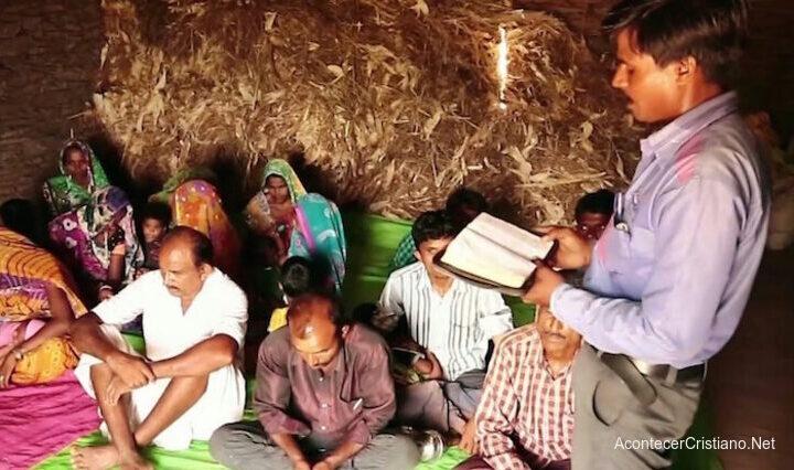 Pastor predicando en la India