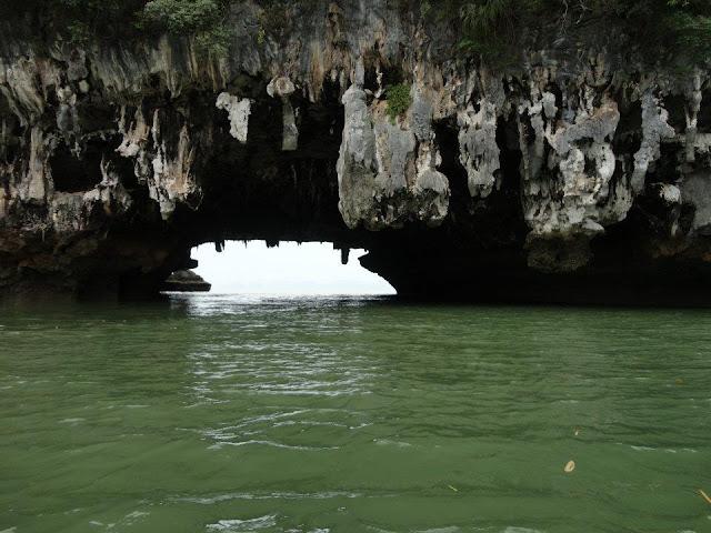 ที่เกาะเขาทะลุไม่ได้เป็นที่สนใจของนักท่องเที่ยวมากนัก มักจะเป็นแค่ทางผ่านไปยังเกาะตาปู และเขาพิงกัน