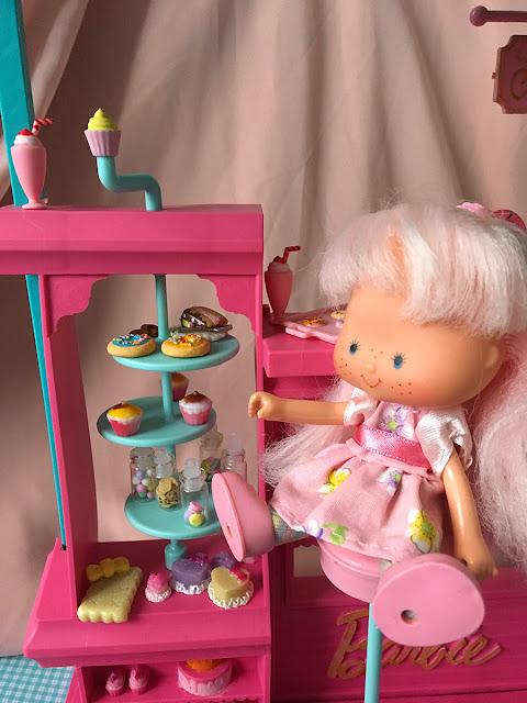 Moranguinho na confeitaria da Barbie