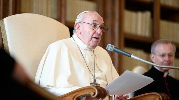 Paus Fransiskus: Bunda Maria Model untuk Doa Kita