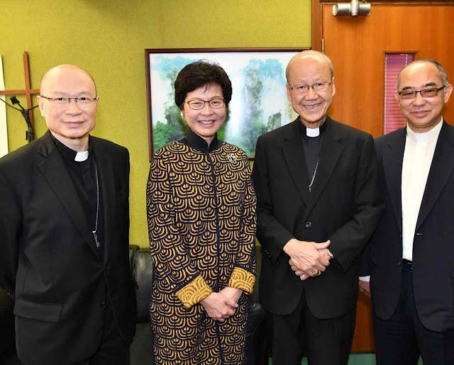 A pró-comunista Carrie Lam explora seu catolicismo colaboracionista. Na foto com o novo arcebispo de Hong Kong D Michael Yeung (esq.)