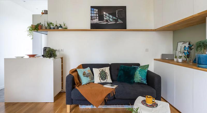 Salón con mueble de madera a medida.