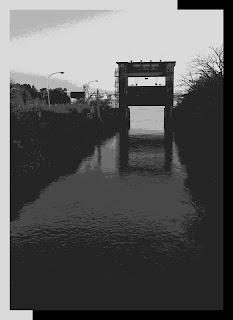 黄昏時の水門。階調を少なくした画像。