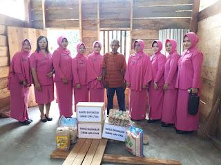 Ketua Bhayangkari Cabang Luwu Utara Gelar Baksos Bantu Warga Kurang Mampu