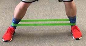 المشي الجانبي مع حبل المقاومة