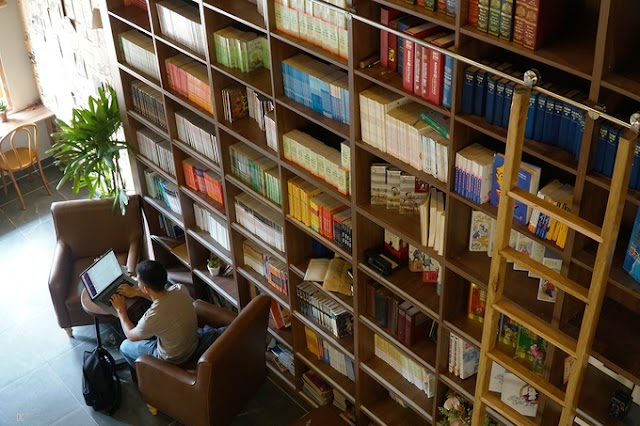 The cafe contains more than a thousand books