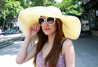 Sombrero de playa con ala ancha y confeccionado en paja