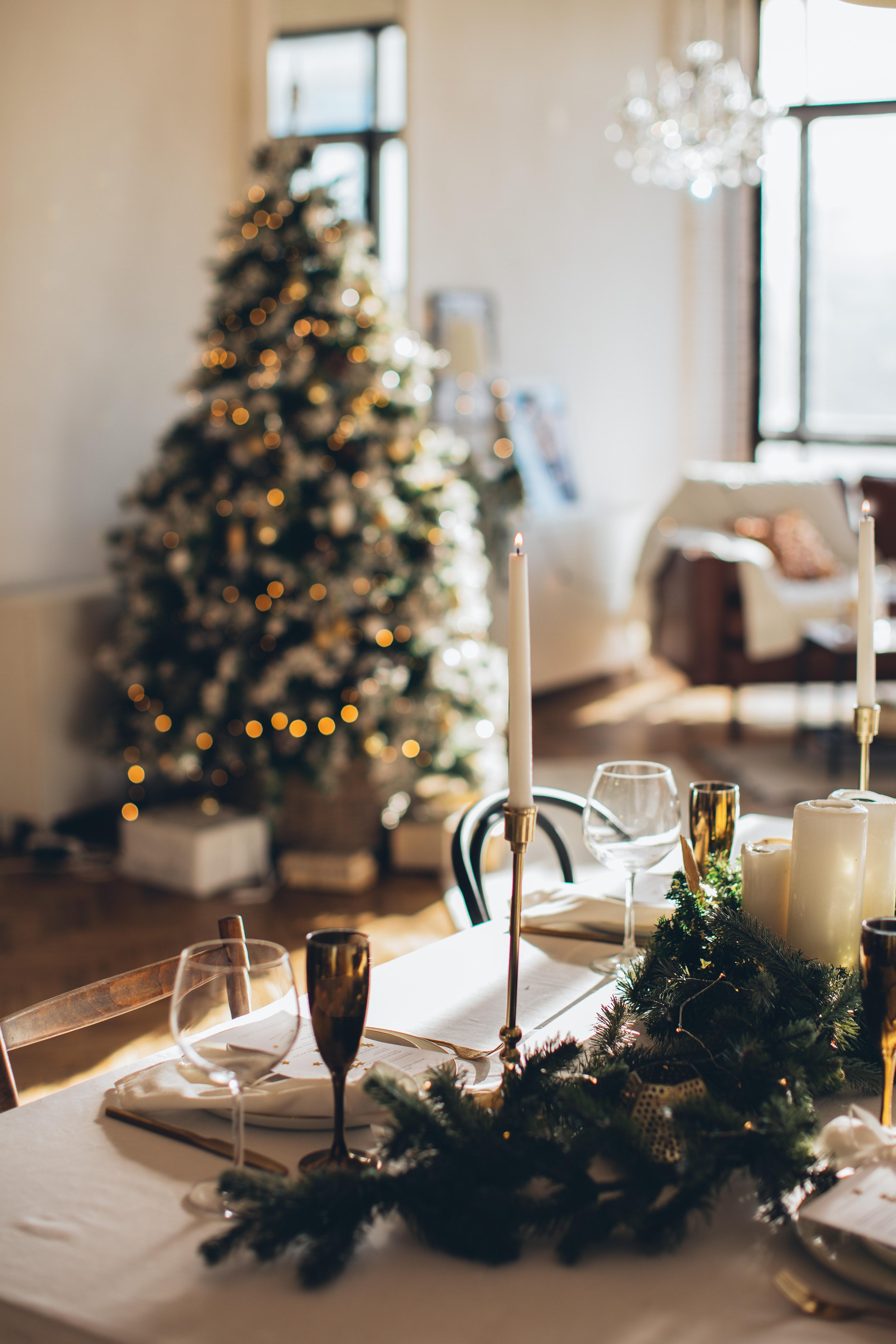 Inspiratie sfeervol tafelen tijdens kerst. Met mooie items waarbij de tafelzetting geheel in feest stemming is.