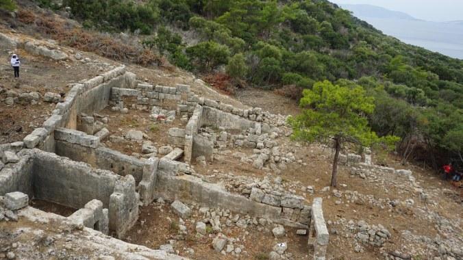 Dana Adası'nda terkedilmiş taş ocaklarının üzerine inşa edilmiş yapı grubu
