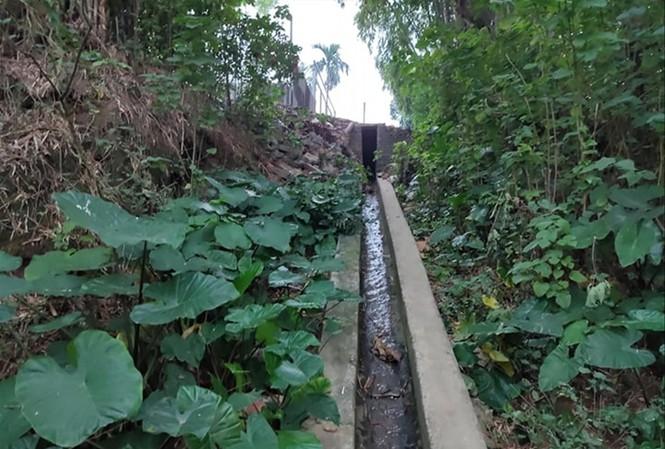 Nước thải nhiều khu dân cư đổ xuống sông Đuống