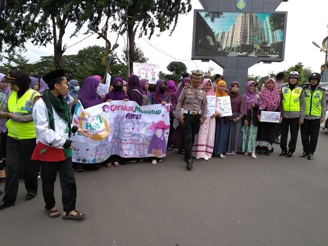 Peduli Aurat wanita, LDK Unwir Indramayu Bagi-Bagi Kerudung