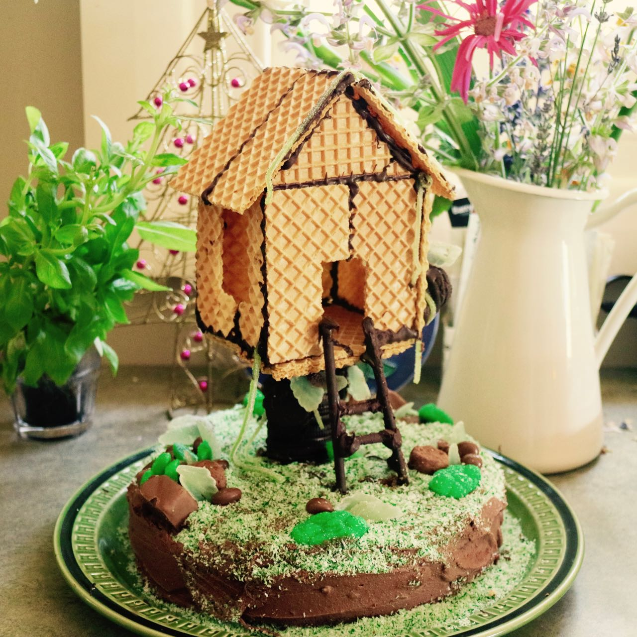 Green Gourmet Giraffe Tree house birthday cake