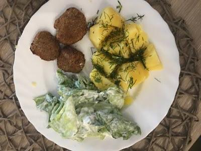 Kotlety mielone z ziemniakami oraz sałatą