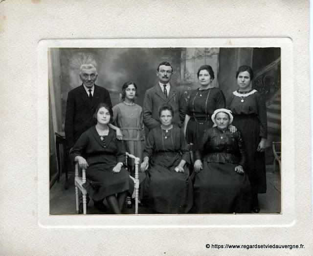 Photo noir et blanc : réunion de famille.