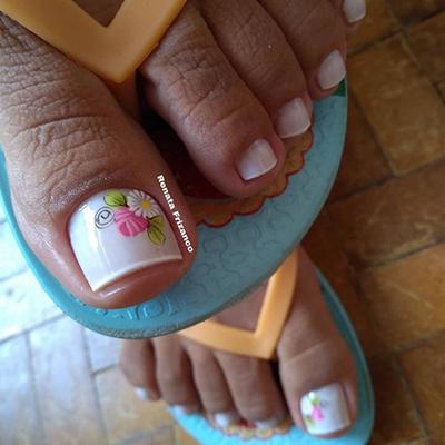 unhas dos pés decoradas com flores
