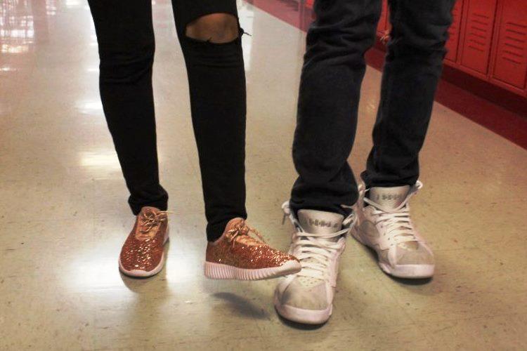 Menginjak sepatu baru teman