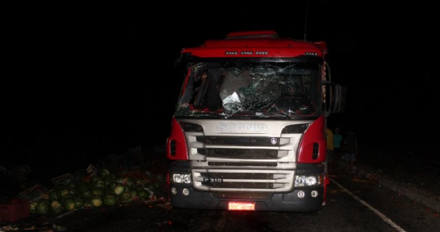 Caminhão de verduras tomba; transporte saiu de Juazeiro (BA) com destino ao estado do Maranhão