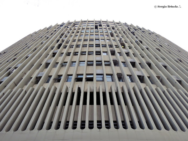 Perspectiva inferior da fachada do Edifício Henrique de Toledo Lara - Consolação - São Paulo