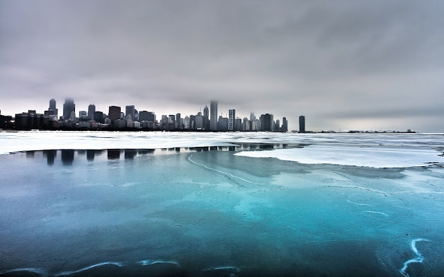 Een bevroren meer en een stad