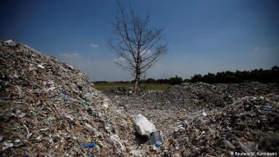 gundukan sampah plastik di  Bangun dan Tropodo di Jawa Timur