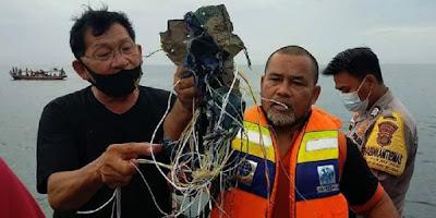 Diduga Milik Sriwijaya Air SJ182, Petugas Temukan Serpihan Pesawat di Kepulauan Seribu