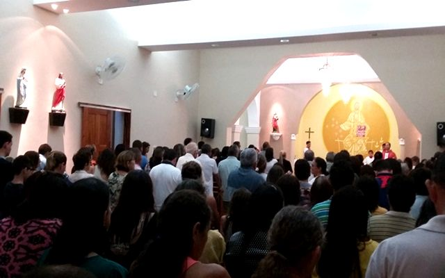 Fiéis lotam igreja na missa ramos em Rafael Fernandes