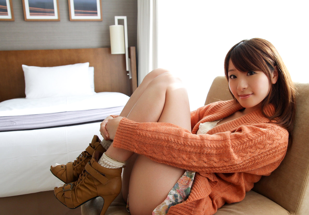 saki hatsumi stripping naked pics 02