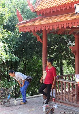 Tháp trống ở trước sân chùa bà Pênh