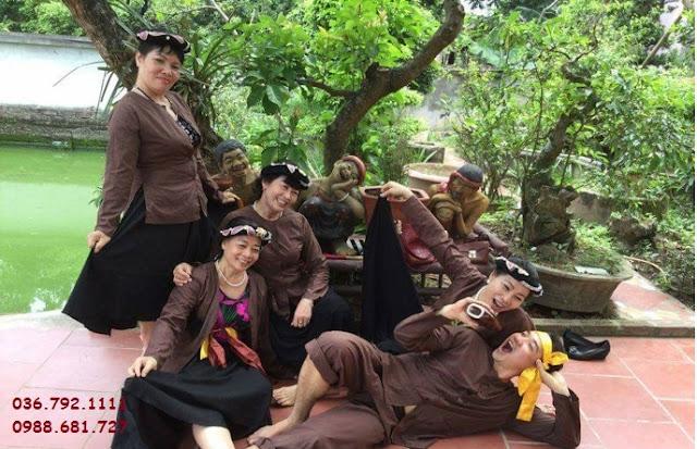khách du lịch về diễn kịch ở làng vũ đại