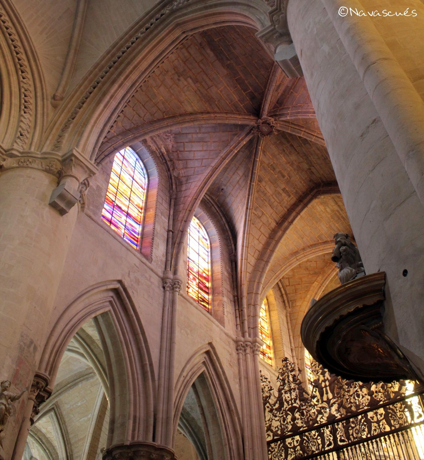 Detalle de las vidrieras y bóveda de crucería