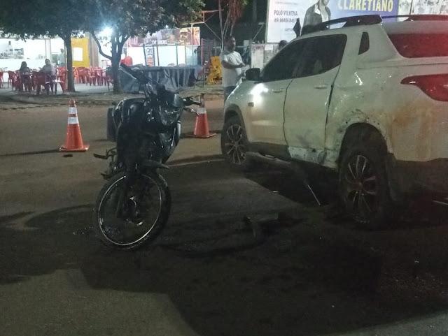 Motociclista bate na lateral de carro e morre durante transferência de hospital