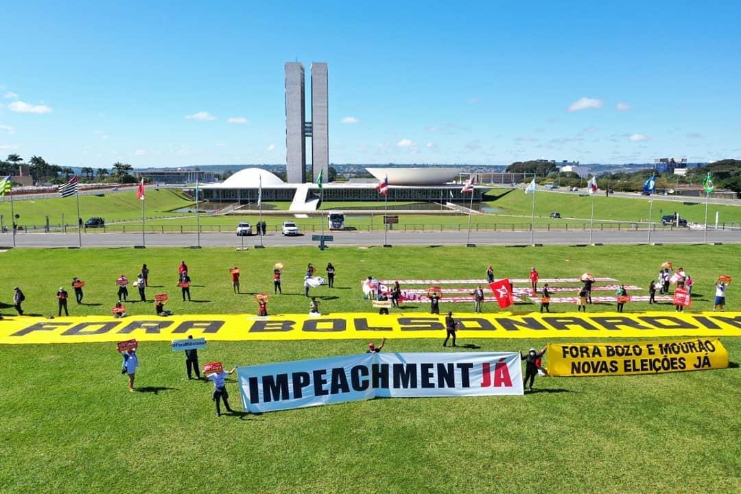 Fiasco: opositores de Bolsonaro se espalham em gramado para pedir o seu impeachment