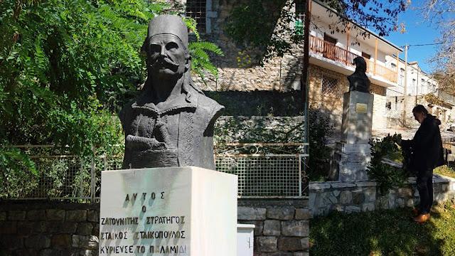 Ναυπλιώτης απότισε φόρο τιμής στον ανδριάντα του Σταϊκόπουλου στη Ζάτουνα (βίντεο)