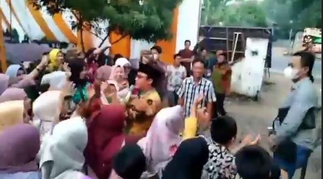 Wabup Lampung Tengah Dihukum 'Bersihkan Masjid' Usai Ketahuan Gelar Dangdutan Tanpa Prokes