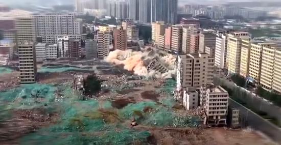 Veja a implosão de 15 prédios altos em uma rara demolição em massa
