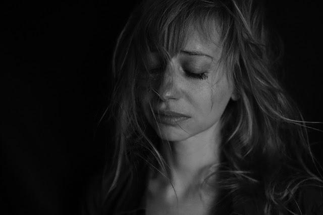 perempuan menangis, gambar perempuan sedih, wanita yang sedih, kekerasan psikis, kekerasan emosional, kdrt psikis, kdrt psikis dalam rumah tangga, kekerasan dalam rumah tangga, kekerasan psikis dalam rumah tangga, tanda istri mengalami kdrt, tanda perempuan mengalami kdrt