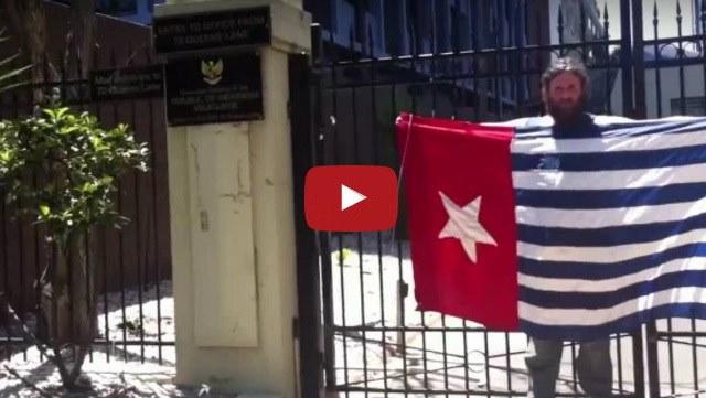 VIDEO: Pria Inilah Yang Mengibarkan Bendera Papua Merdeka Di Konsulat Jenderal RI Australia
