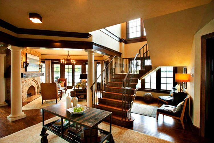 Bu heybetli tek katlı ahşap evlerde düşünebileceğiniz hemen her şeyi yerleştirmek için ayrılmış odalar bulunmaktadır.