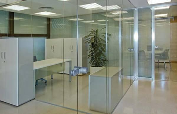 Como utilizar mamparas de oficina para trabajar en casa for Mamparas de vidrio para oficinas