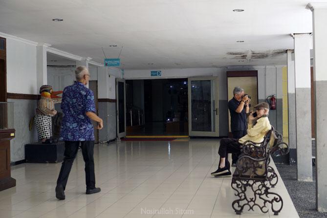 Pengunjung museum Ronggowarsito yang mencari literatur di perpustakaan