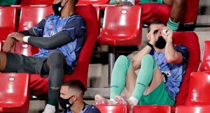 Aksi Kocak Bale saat Dicadangkan, Tidur Pakai Masker hingga Mainan Teropong